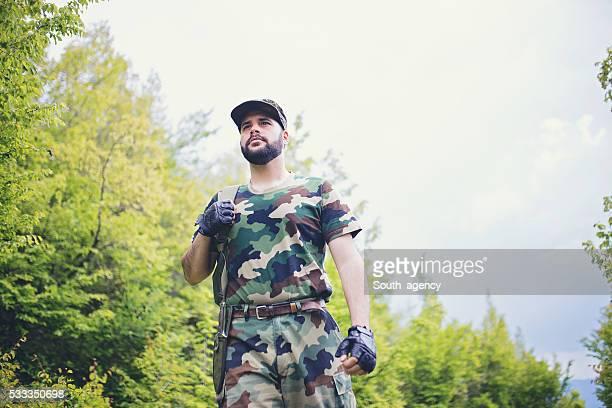 Soldat contrôler en forêt