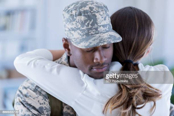 Soldat se prépare pour le déploiement