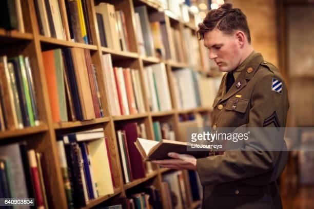 Seconde guerre mondiale États-Unis soldat lisant dans une bibliothèque publique