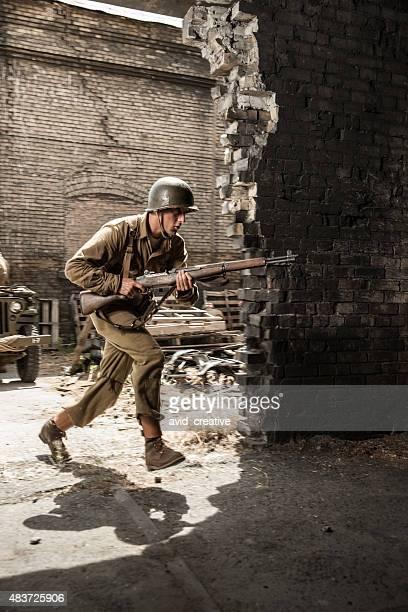 soldado da segunda guerra mundial de corrida no prédio sob ataque - batalha guerra - fotografias e filmes do acervo