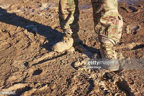 soldier standing in mud, afghanistan - jake warga fotografías e imágenes de stock