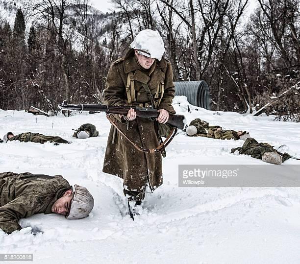 Survivor soldat de la Seconde Guerre mondiale En chapelet de perles de prière pour la mort de la scène