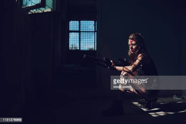 soldier waiting for enemies - air soft gun foto e immagini stock