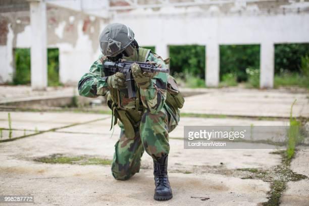 Soldat mit Gewehr schussbereit.