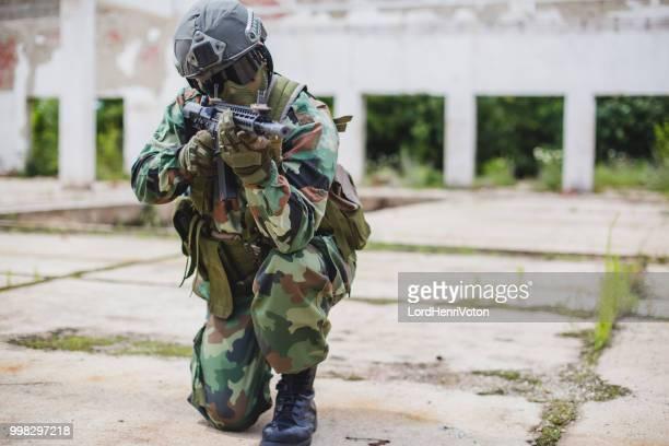 銃の発射準備を持つ兵士。 - 撃つ ストックフォトと画像