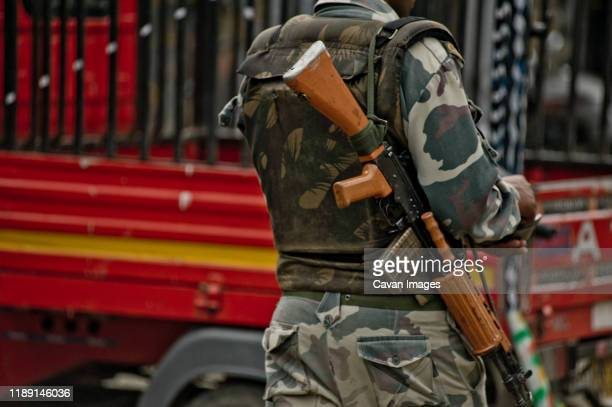 soldier with machine gun and camouflage uniform - jammu and kashmir stock pictures, royalty-free photos & images