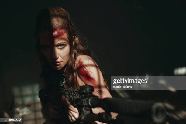 vrouw van de soldaat in het leger - combat sport stockfoto's en -beelden