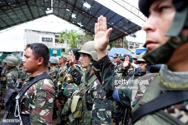 Soldiers along with President Rodrigo Duterte pledge to the Philippine flag in Marawi City in the Southern Philippines on October 17 2017 Duterte on...