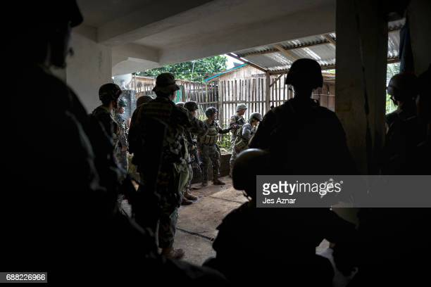 Soldiers convene to pull out after a day of heavy fighting as they try to take back the city one street at a time on May 25 2017 in Marawi city...