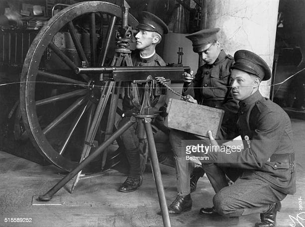 Soldiers demonstrate a Colt machine gun with a capacity of 250 shots per minute at the Peace and Prepared Conference of the National Security League.