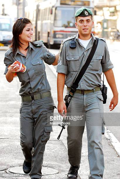 soldiers friendship. - beautiful israeli women stock pictures, royalty-free photos & images