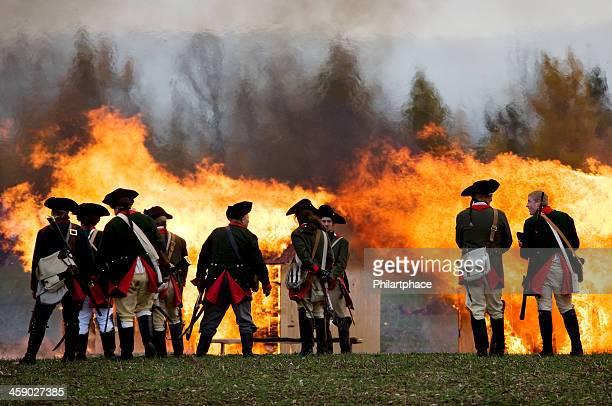soldados en frente de incendio - imperialismo fotografías e imágenes de stock