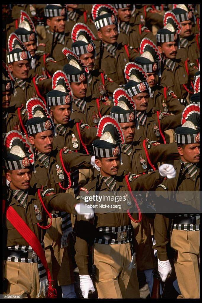 Soldiers in regimental dress uniform mar : News Photo