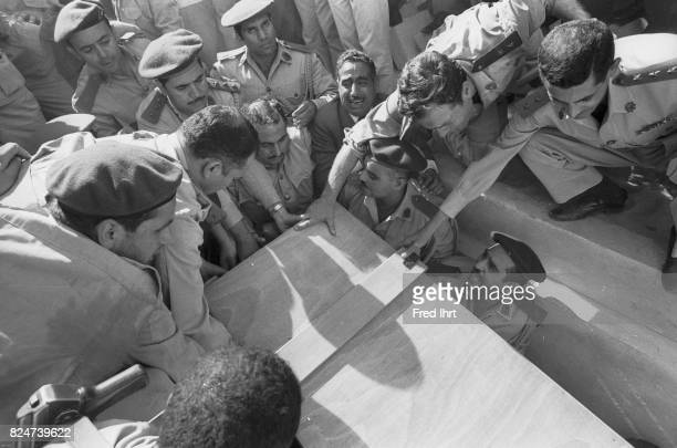 Soldiers lifting the coffin of Gamal Abd al-Nasser down into it´s final resting place.