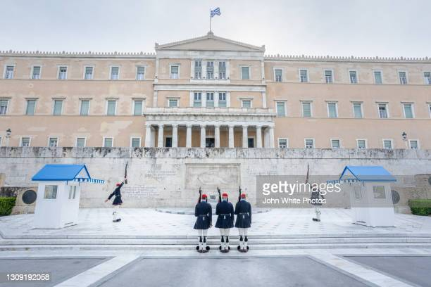 soldiers marching at themonument of the unknown soldier. hellenic parliament. athens. greece. - ギリシャ国会議事堂 ストックフォトと画像