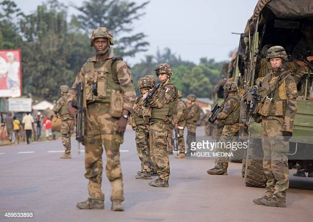 Soldiers of the first RCP Infantery parachutes regiment arrives to secure the Gobongo district in Bangui as part of the French Sangaris operation in...