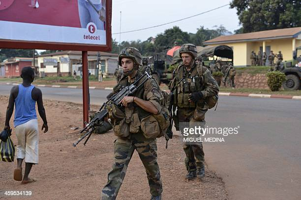 Soldiers of the first RCP Infantery parachutes regiment take position to secure the Gobongo district in Bangui as part of the French Sangaris...