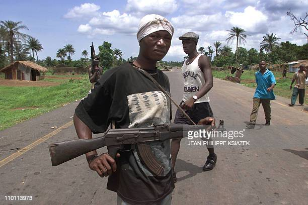 A Soldiers of the Sierra Leone's army is on patrol in Masiaka some 100 kilometres east from Freetown 17 may 2000 on the frontline Sierra Leonan rebel...