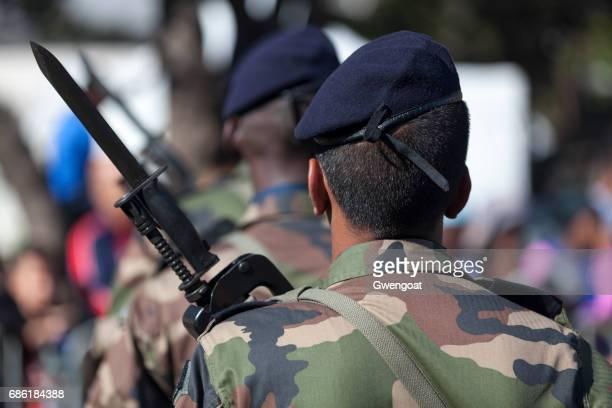 Soldats qui défilent au cours de la journée de la Bastille