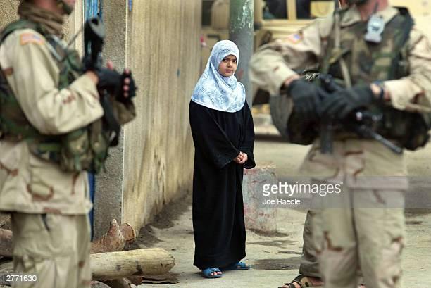 u.s. soldiers sweep through neighborhood looking for weapons in baghdad - joe raedle foto e immagini stock