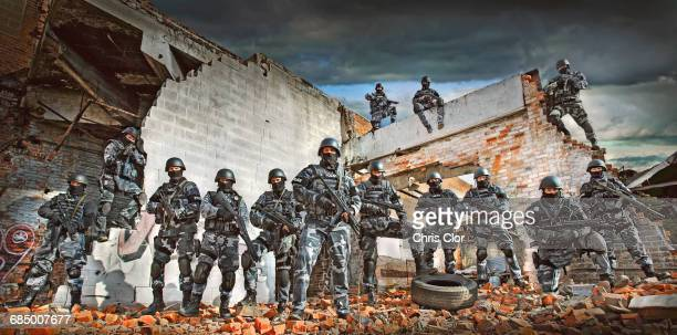 soldiers wearing masks on ruins in battlefield - batalha guerra - fotografias e filmes do acervo