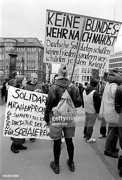 Solidaritaet mit Israel, Pro Juedische Kundgebung auf der Friedrichsbruecke, gegen die in der Naehe vorbeifuehrende Nahost Demo der Palaestinenser,...