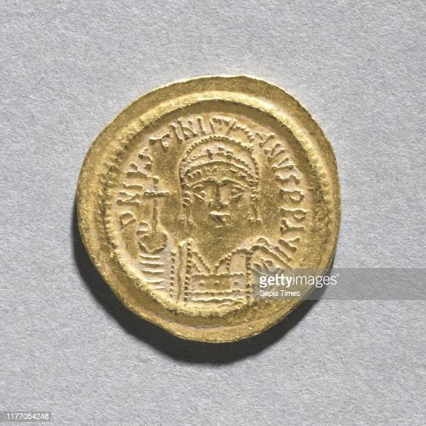 Solidus of Justinian I , c. 545-565. Byzantium, Constantinople, Byzantine period, 6th century. Gold; diameter: 2 cm .