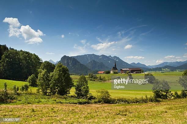 solitary farmyard and chapel of st nikolaus near inzell, municipality of traunstein, upper bavaria, germany, europe - oberbayern stock-fotos und bilder
