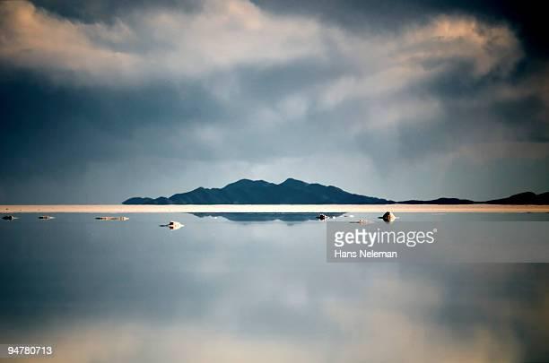solitary island at salt flat, salar de uyuni, potosi department, bolivia - potosí potosí department stock pictures, royalty-free photos & images