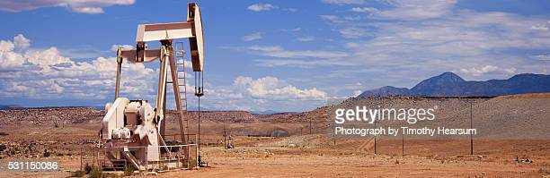solitary oil driller - timothy hearsum stock pictures, royalty-free photos & images
