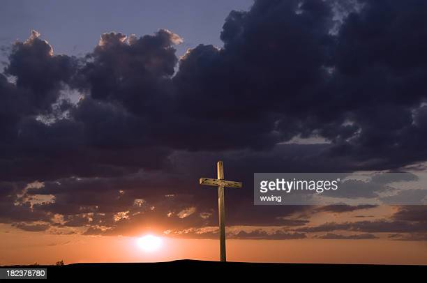 solitary weathered cross at sunset - good friday stock pictures, royalty-free photos & images