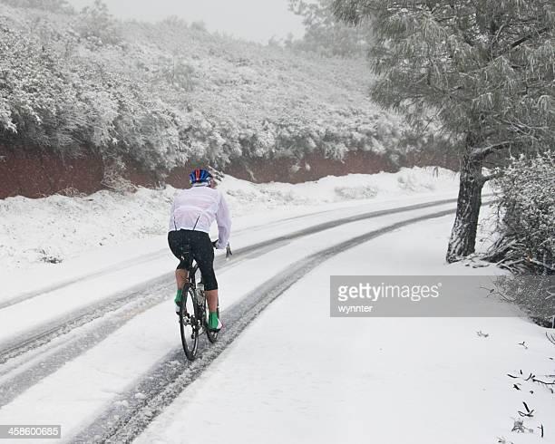 Solo Bike Rider Züge im Schnee auf den California Mountain