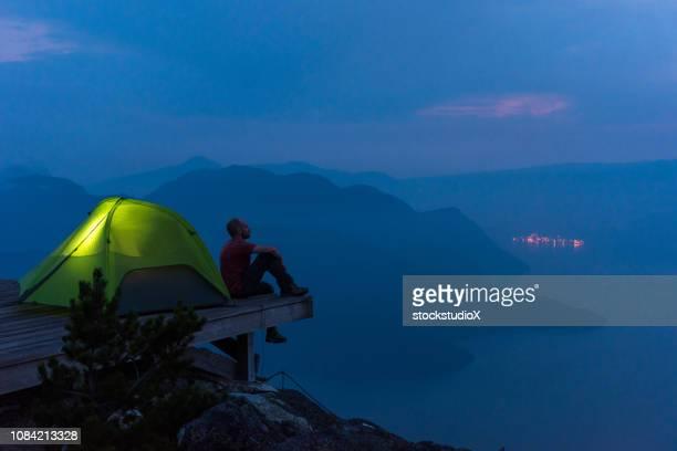 solo de caminhadas de aventura nas montanhas - beleza natural natureza - fotografias e filmes do acervo