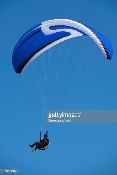 solo paraglider in the air. - emreturanphoto stock-fotos und bilder