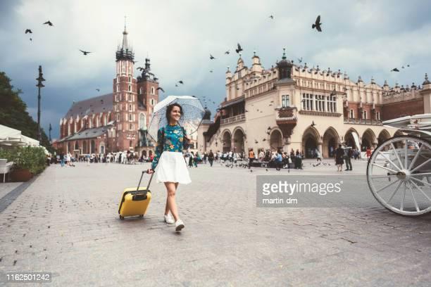 individuele reiziger het verkennen van krakau - polen stockfoto's en -beelden