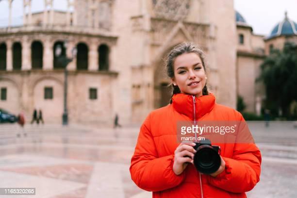 solo traveler in europe - casaco curto com mangas imagens e fotografias de stock