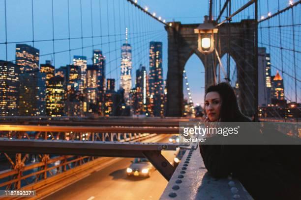solo traveler on the brooklyn bridge, nyc - international landmark imagens e fotografias de stock