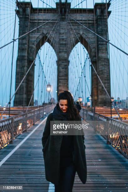viajero solo en el puente de brooklyn, nyc - brooklyn nueva york fotografías e imágenes de stock