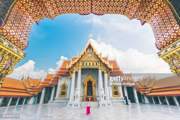 solo traveller woman walking inside the wat benchamabophit temple, bangkok - バンコク ストックフォトと画像