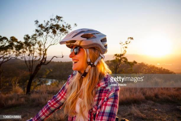 solo woman bike-packing in remote australia - townsville australia fotografías e imágenes de stock