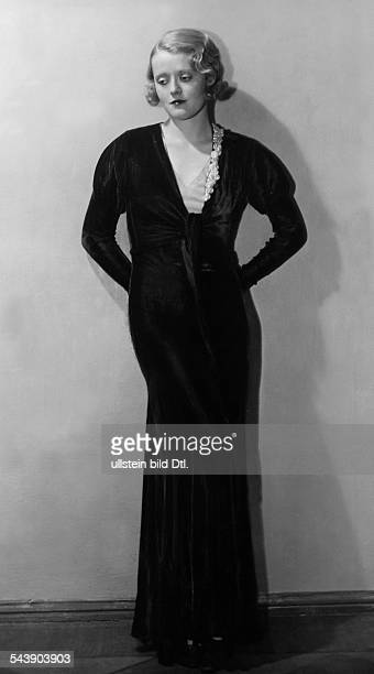 Solveg Maria Actress Dancer Germany*nee Maria Stern or Matray is wearing an elegant evening dress Photographer Gregor Harlip 1932Vintage property of...