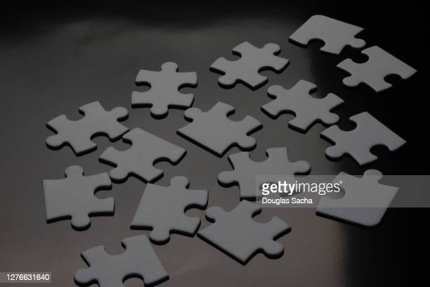 solving a jigsaw puzzle - 電動糸のこ ストックフォトと画像