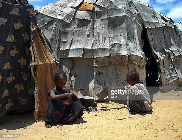 Somali children sit outside a makeshift shelter on April 25, 2008 at Lafole in Afgoye district, 25 kilometres outside the capital Mogadishu after an...
