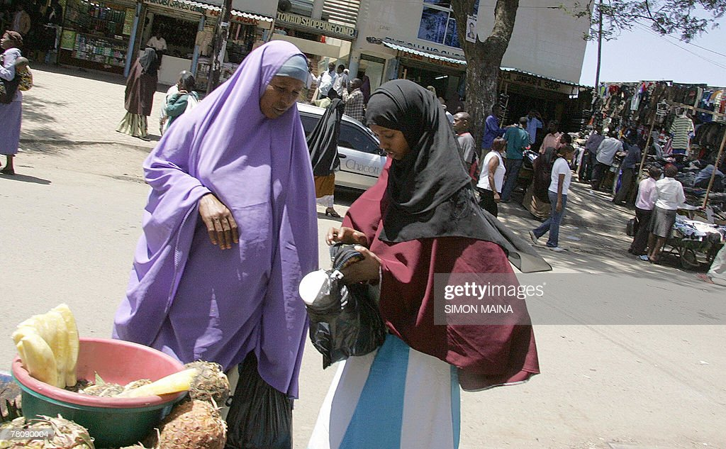 Somali refugee women buy 26 November 2007 fruits in Nairobi    News