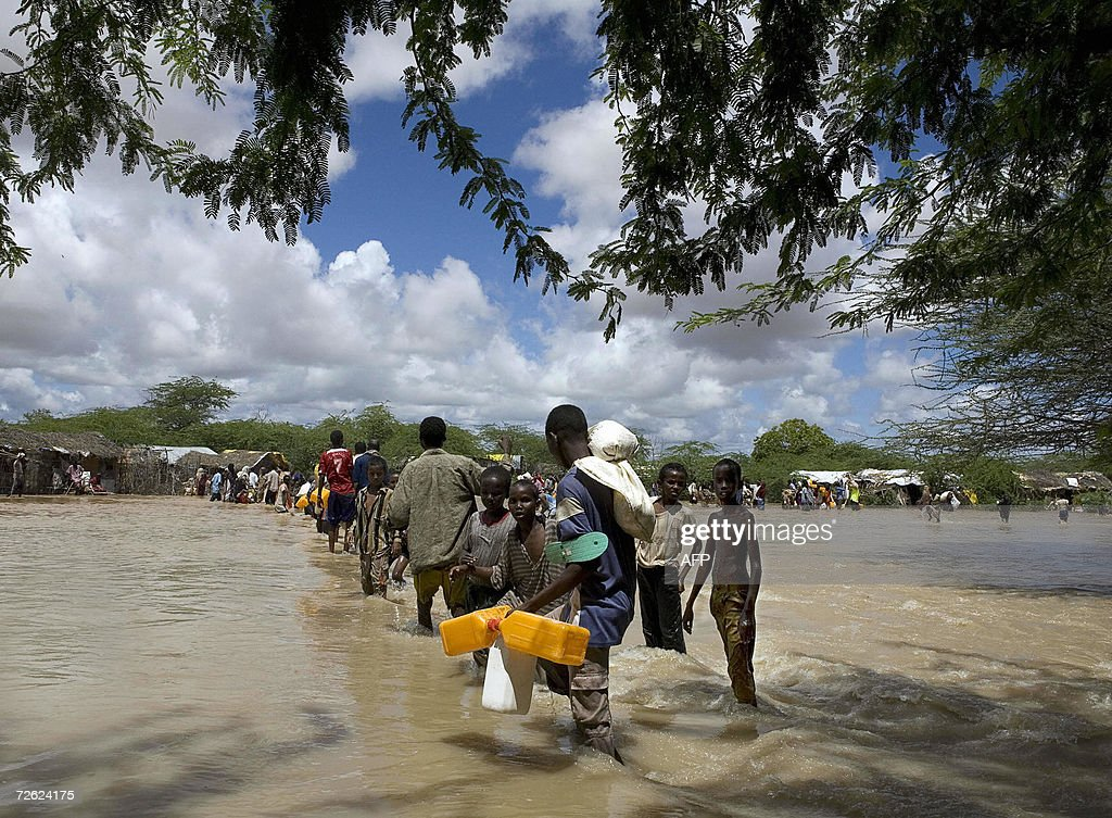 Somali refugees displaced by floods cros : News Photo