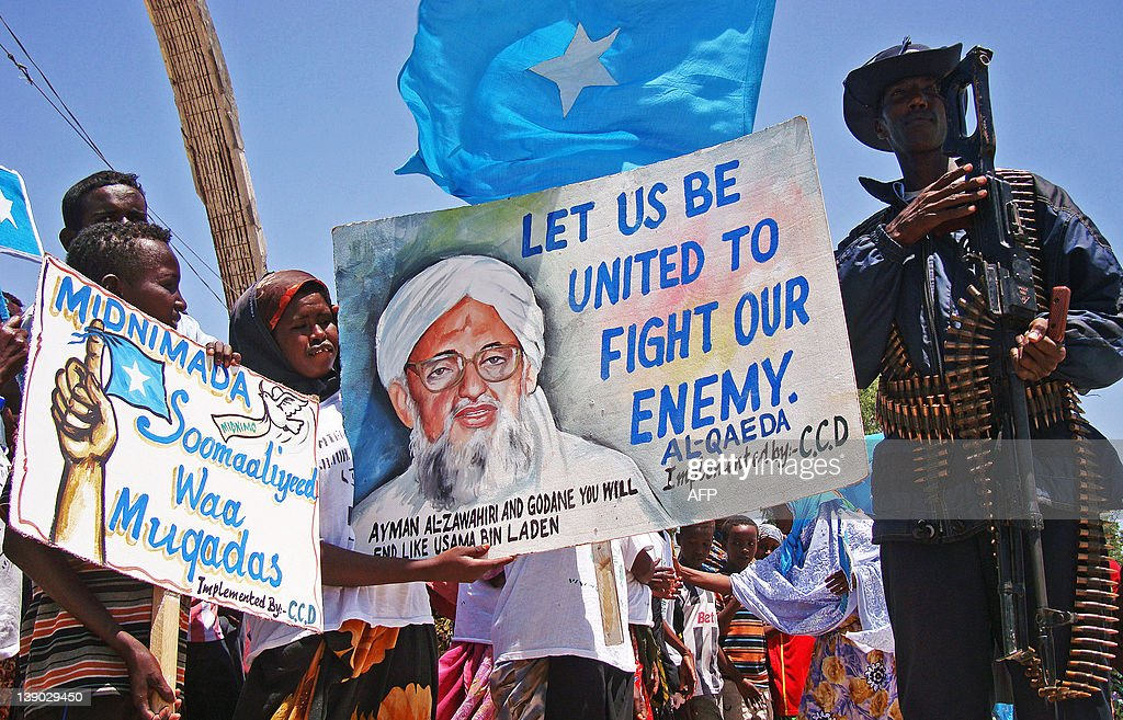 Somalis hold placards as they demonstrat : News Photo