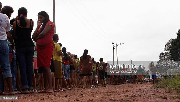 Some 5000 thousand people crowd the entrance of the farm of Tailandia's mayor to receive a basket of basic food on February 28 2008 in the northern...