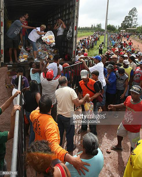 Some 5000 thousand queue at the entrance of the farm of Tailandia's mayor to receive a basket of basic food on February 28 2008 in the northern...
