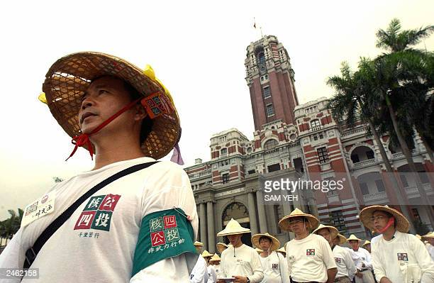 Some 600 local residents stand in front of the Presidential Palace call for President Chen Shui-bian help to held the referendum to the islands'...