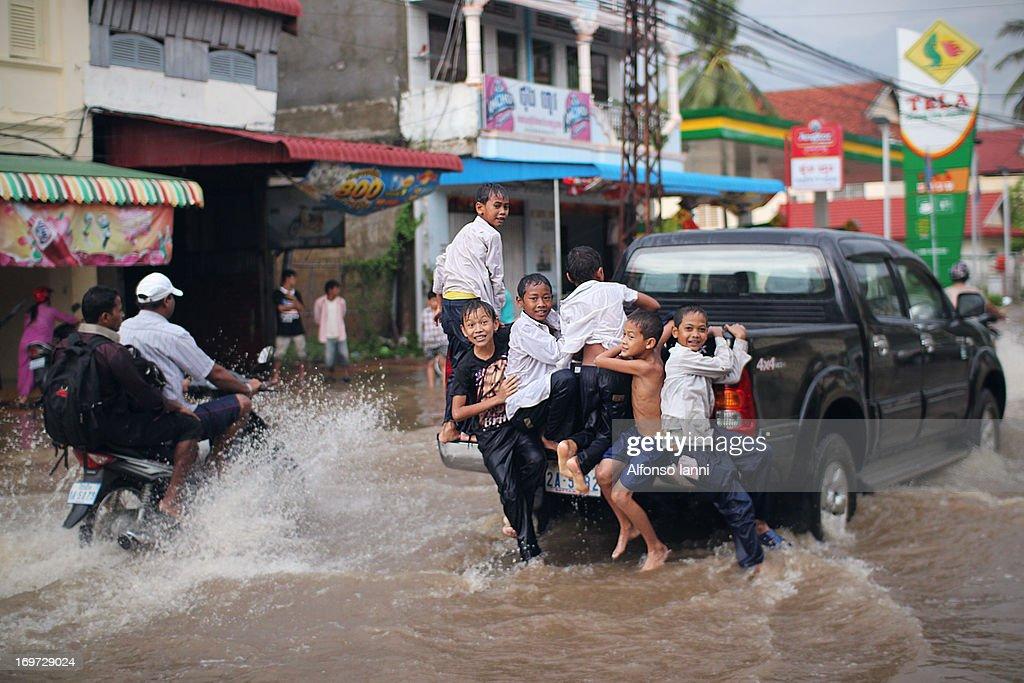 Kids play on Flooded Street : News Photo